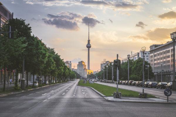 Karl-Marx-Allee mit Blick auf den Berliner Fernsehturm